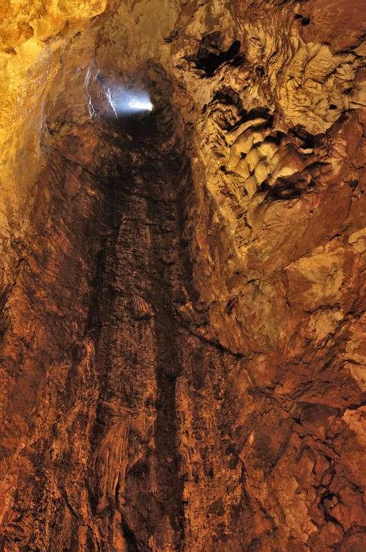 Le gouffre Habiaren, dans les Carpates, illustre bien l'idée de verticalité de l'entrée. © Doronenko, Wikipedia, CC by 3.0