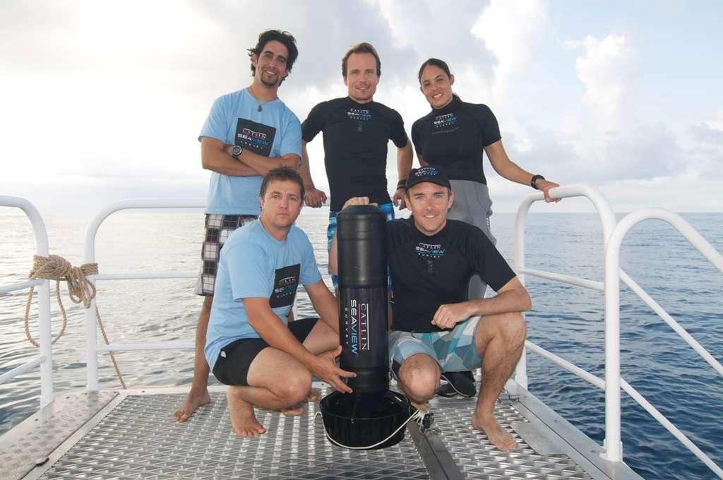 En haut au centre, Christophe Bailhache est entouré de membres de son équipe. Richard Vevers, le directeur du Catlin Seaview Survey, est en bas à droite. © Catlin Seaview Survey