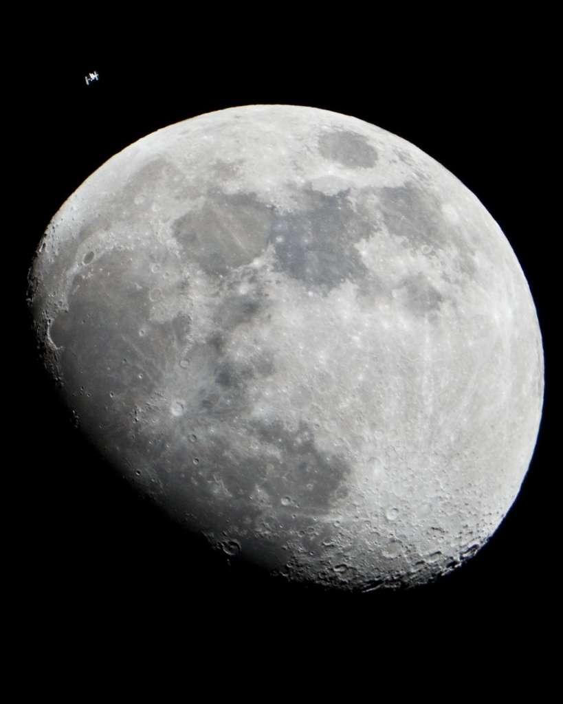 L'ISS a rencontré la Lune le 4 janvier 2011. © Nasa