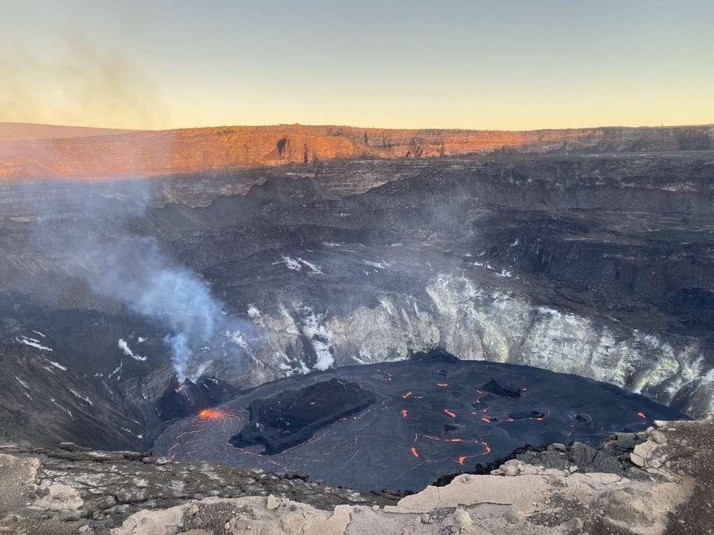 Les scientifiques du HVO continuent de surveiller l'éruption dans le cratère Halema'uma'u au sommet du volcan Kīlauea. Le matin du 2 janvier 2021, à environ 7 h 10 HST, la profondeur du lac de lave avait été mesurée à environ 189 mètres sur cette photo. La surface du lac est refroidie au point de former plusieurs îles, dont une principale, flottant sur la lave. © USGS, K. Mulliken
