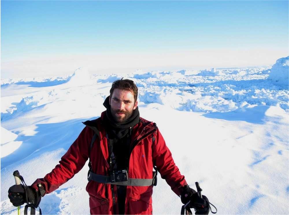 Julien Cabon au Groenland en avril 2011, pour la préparation de l'expédition. Derrière lui, la banquise, souvent très accidentée. « Il faut parfois plusieurs heures pour franchir quelques centaines de mètres. » © Pôle Nord 2012