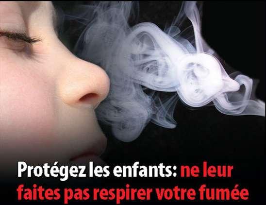 Depuis février 2011, les paquets de cigarettes présentent des images et messages afin d'inciter les fumeurs à prendre en compte les effets secondaires du tabac. Ici, le tabagisme passif des enfants est dénoncé. © DR