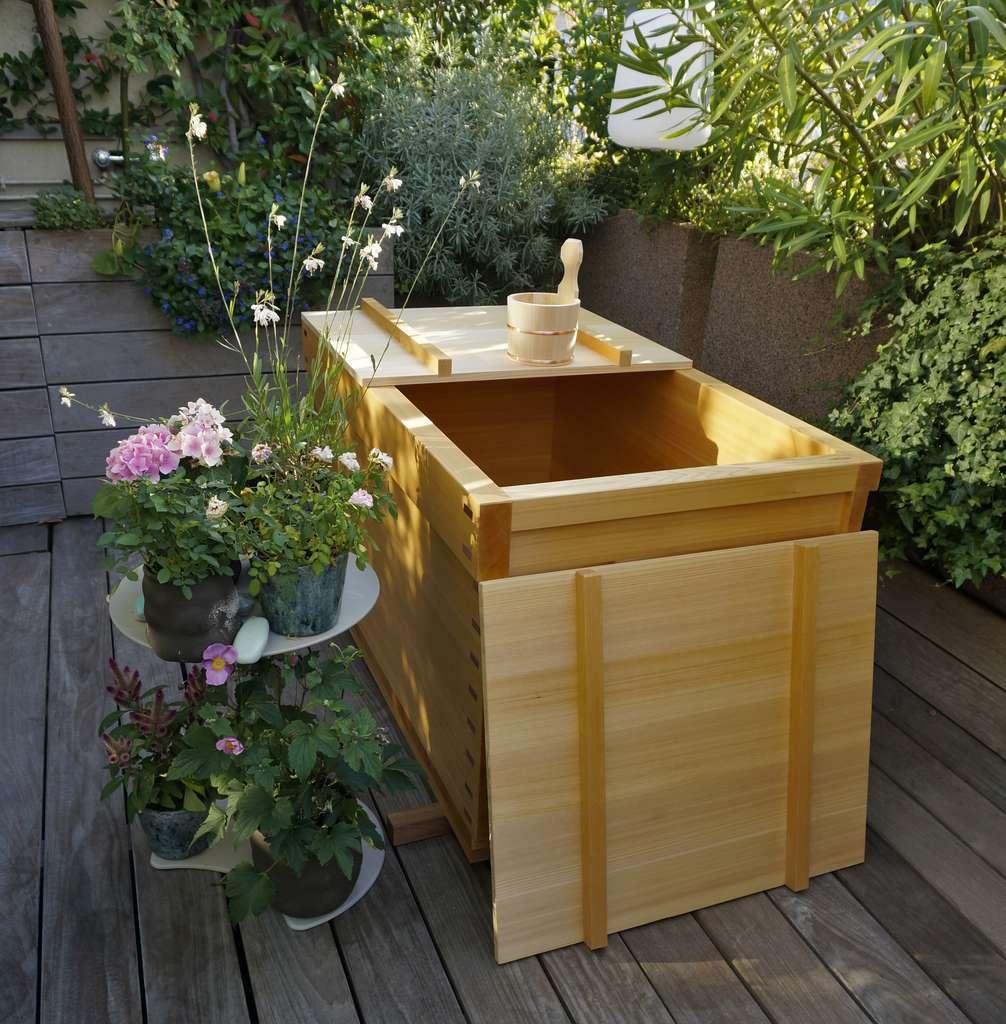 L'ofuro est une baignoire japonaise en bois naturel, dans laquelle on prend des bains très chauds. © Kitoki Deco
