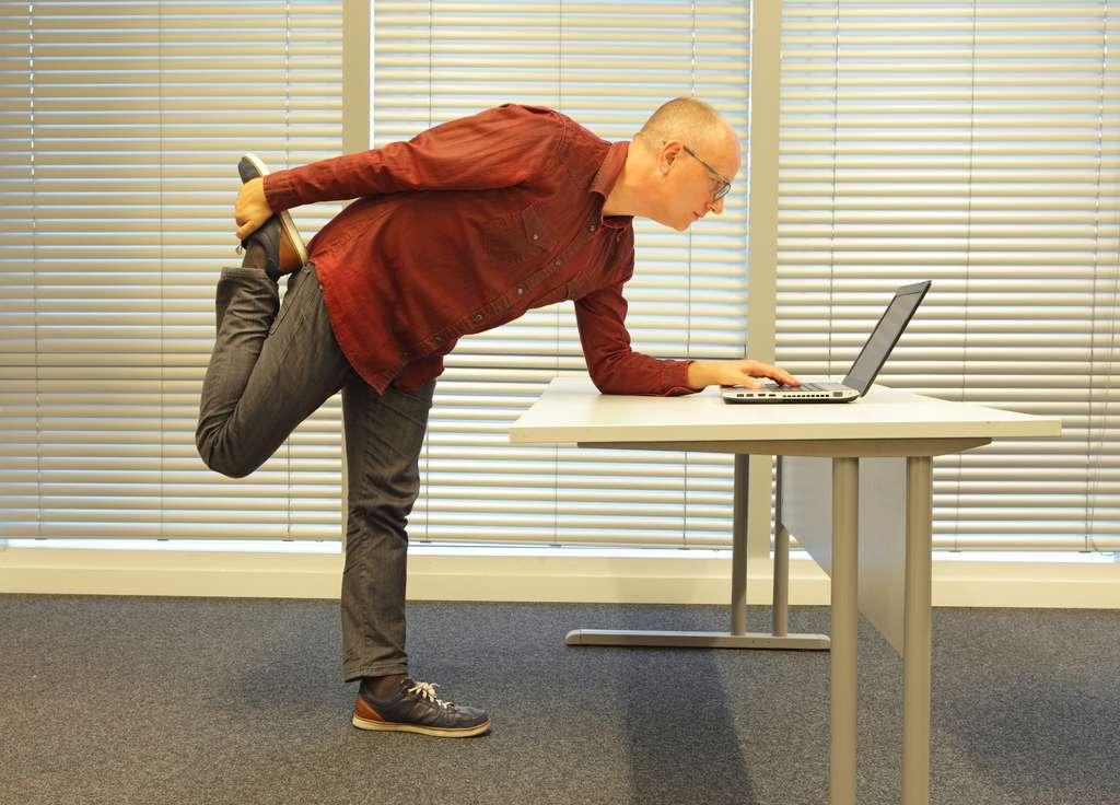 Rester debout devant son bureau ferait dépenser 54 calories de plus par journée de travail. © endostock, Fotolia