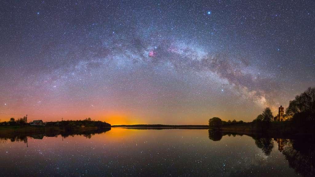 La Voie lactée, resplendissante, est à admirer tout l'été à l'abri de la pollution lumineuse pour mieux apprécier ses nuées argentées d'étoiles. Elle traverse le ciel du nord au sud, où elle est plus large et évasée. C'est dans cette direction qu'est le centre de notre Galaxie. © Viktar Malyshchyts, Adobe Stock