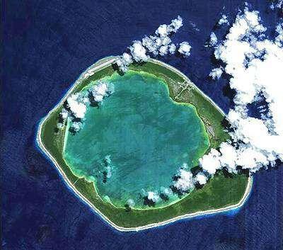 Niau, une des quelque 80 îles coralliennes formant l'atoll des Tuamotu en Polynesie française, est ici observée depuis Proba le 6 octobre 2005 au moyen de l'instrument Compact High Resolution Imaging Spectrometer (CHRIS).