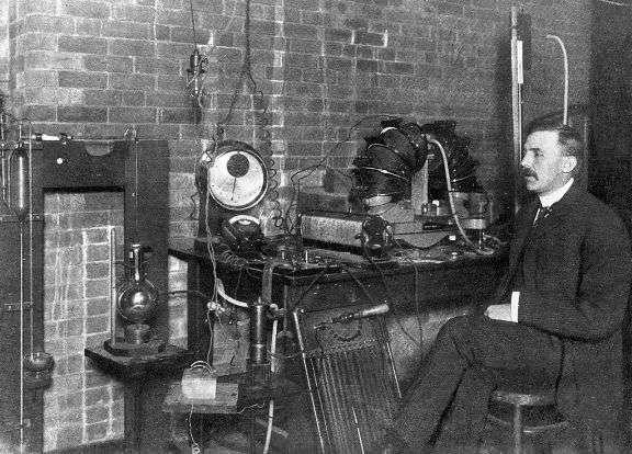 Le prix Nobel de physique Ernest Rutherford dans son laboratoire à Montréal en 1905. © McGill University