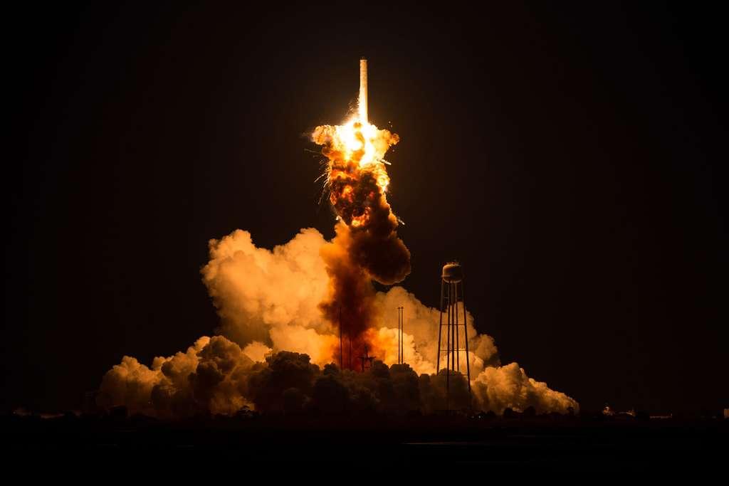 Malgré ce que laissent penser les images, l'explosion du lanceur Antares a peu endommagé son pas de tir. © Orbital Sciences