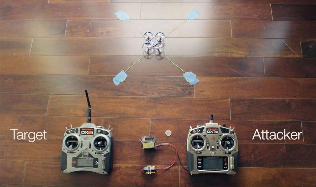 À gauche, la télécommande cible de l'attaque (target) qui contrôle le drone. À droite, la télécommande reliée au boitier Icarus qui attaque le protocole de communication DSMx et prend la main sur l'appareil. © Jonathan Andersson, Trend Micro