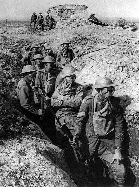 Soldats portant des masques à gaz pour se protéger des attaques chimiques pendant la première guerre mondiale. Les armes chimiques ont été utilisées au cours du conflit, en dépit de la convention de 1907 qui interdisait d'y avoir recours. © Frank Hurley, Wikimedia Commons, DP
