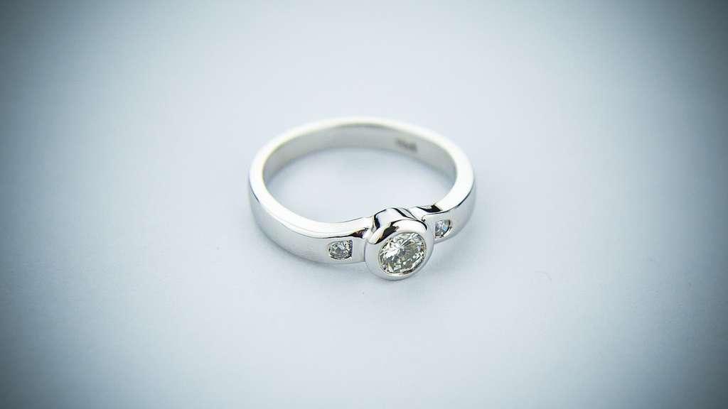 On parle souvent d'or blanc, d'or rose ou encore d'or gris, notamment pour les bijoux. Il s'agit en réalité d'alliage : l'or est mélangé avec de l'argent, du cuivre, du nickel, du platine, du fer, du zinc, ou encore de l'aluminium. © NicholasDelatteMedia, Pixabay, CC0 Creative Commons