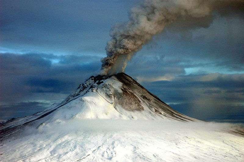 Le mont Augustine en éruption, 12 janvier 2006