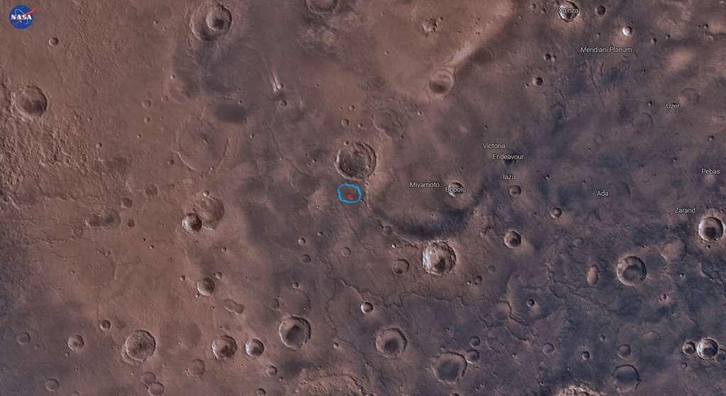 Image contextuelle du lac asséché dont les contours sont dessinés en bleu, situé dans la plaine Meridiani à environ 200 km d'Opportunity, produite avec une application offerte parde la Nasa : MarsTrek. © Nasa, MarsTrek, Brian M. Hynek et al.