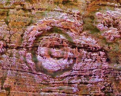 Cratère d'Aorounga, au Tchad Visible dans le désert du Sahara, ce cratère de 17 kilomètres de diamètre aurait été creusé par un astéroïde ayant frappé la Terre il y a plusieurs centaines de millions d'années (Crédits : NASA/JPL)