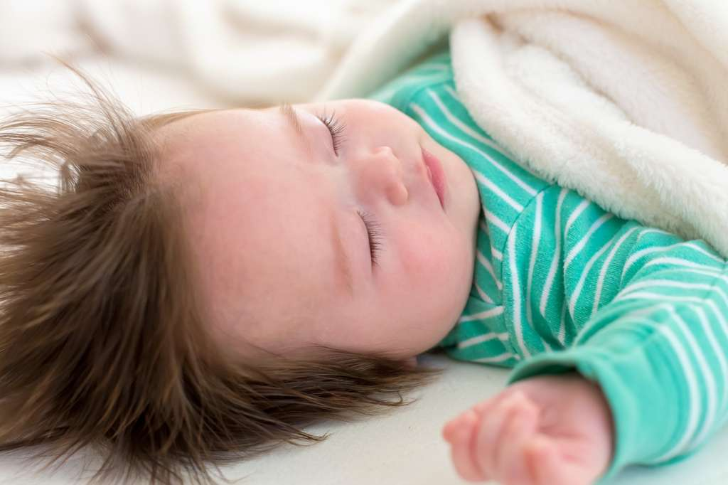 Les chercheurs ont noté une différence entre les bébés filles et garçons à six mois : les garçons faisaient moins souvent leur nuit. © Tierney, Fotolia