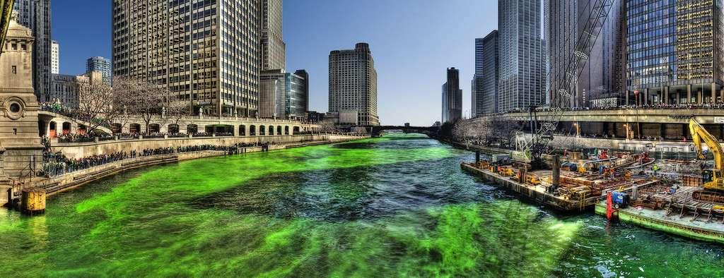 Le fleuve de Chicago est coloré en vert le jour de la Saint-Patrick. © Mike Boehmer, Wikimedia Commons, by 2.0