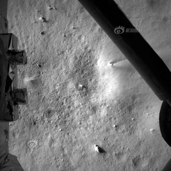Photo prise peu avant l'arrivée de Chang'e 3, à 7,9 mètres du sol lunaire. © Chinese Academy of Sciences