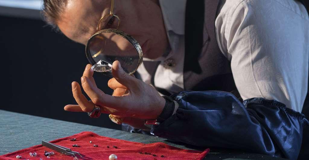 Qu'est-ce qu'un diamant de qualité ? Ici, un joaillier détectant les impuretés d'un diamant. © Razoomanetu, Fotolia