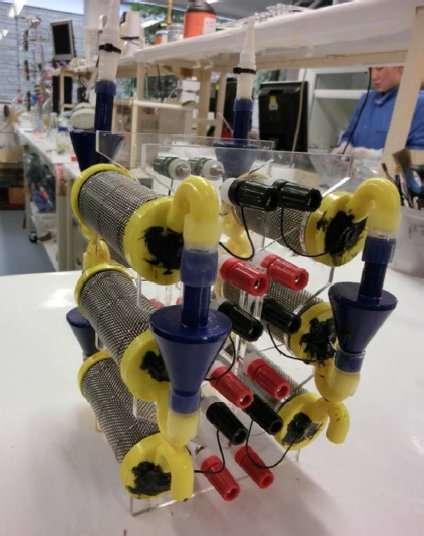 Ce dispositif se compose de six piles à combustible microbiennes pourvues d'un cylindre en céramique et qui fonctionnent à l'urine. Elles sont réparties en deux sous-unités (gauche et droite), chacune étant composée de trois piles placées en cascade. © Ieropoulos et al., 2013, Physical Chemistry Chemical Physics