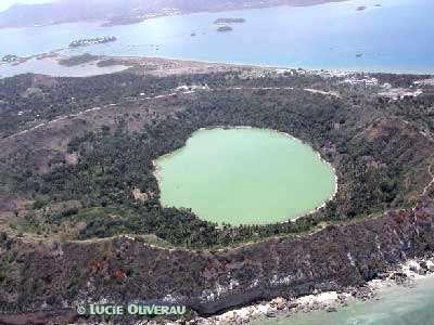 D'une superficie de 376 km2, Mayotte comprend deux îles principales, la Petite-Terre et la Grande-Terre et une vingtaine d'îlots dispersés dans l'un des plus beaux lagons du monde (1100 KM2 pour 160 KM de longueur de récifs coralliens).