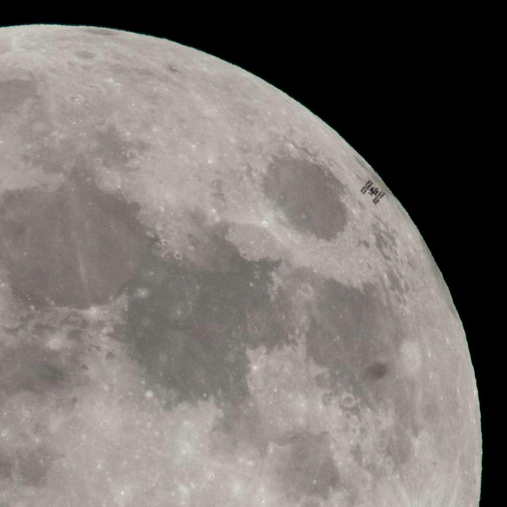 La Station spatiale internationale surprise devant la Lune. © Nasa, Bill Ingalls