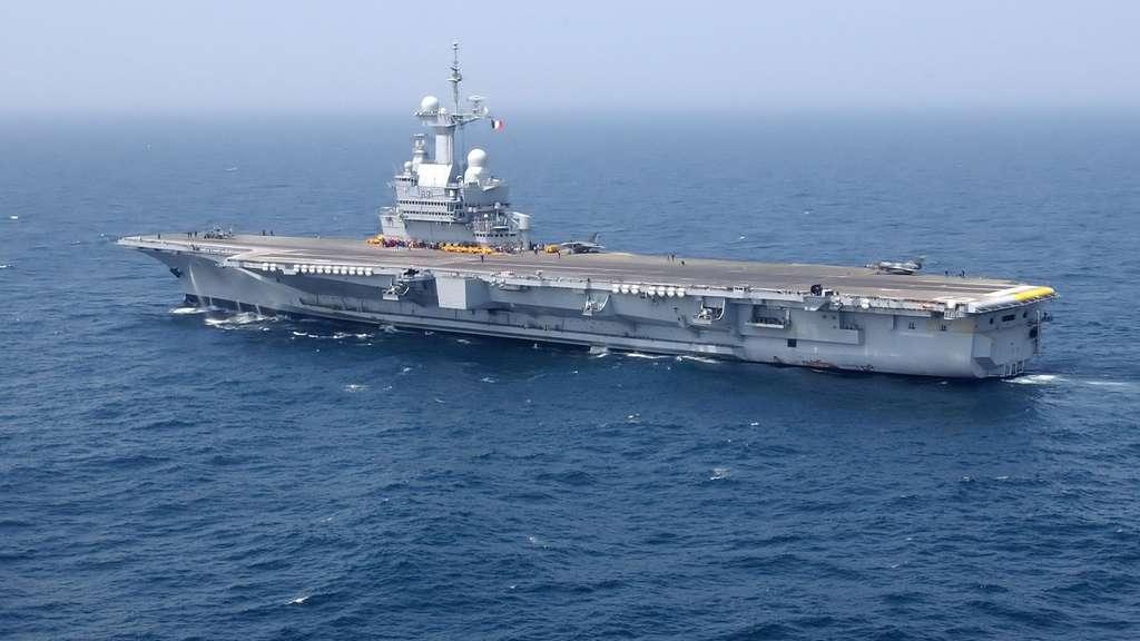 Le porte-avions à propulsion nucléaire Charles de Gaulle