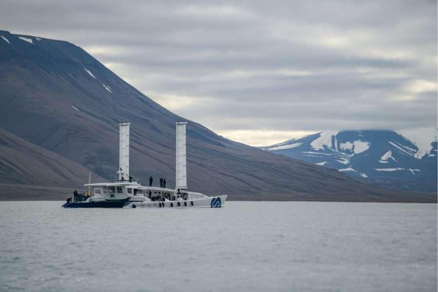 Le bateau Energy Observer démontre l'avenir des énergies renouvelables dans le transport maritime et lance un message fort à la communauté internationale en rejoignant en autonomie énergétique totale l'archipel du Svalbard, où le changement climatique a des conséquences désastreuses. © Energy Observer