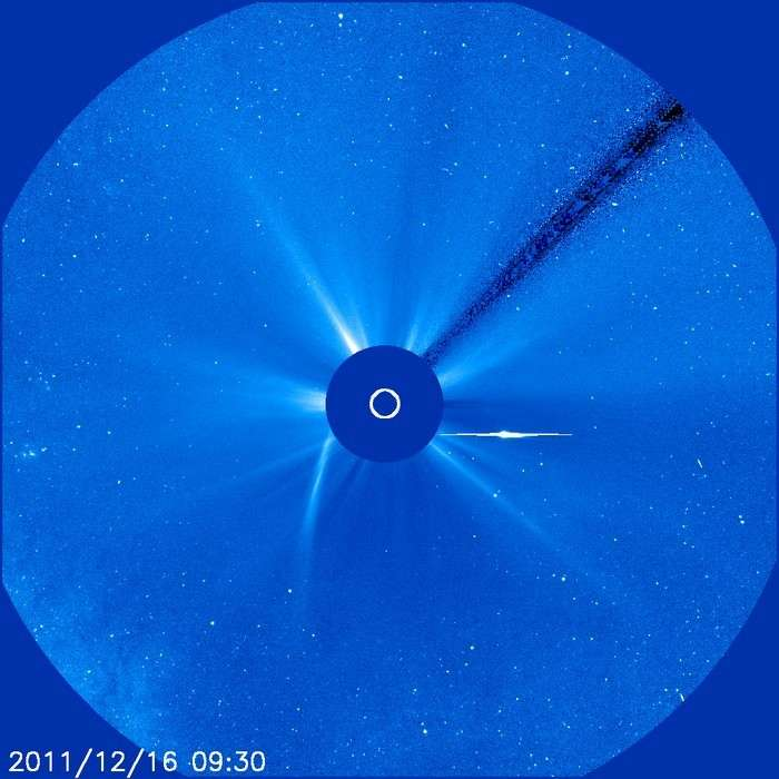 Le vendredi matin 16 décembre, le noyau de la comète Lovejoy ressort du cache occulteur du coronographe Lasco. Le vent solaire a sectionné la queue qui reste encore visible le long de l'orbite de la comète. Une nouvelle queue se formera quelques heures plus tard. © Nasa/Soho
