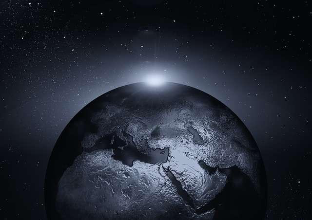 La Terre n'a pas toujours eu l'apparence qu'on lui connaît aujourd'hui. Avant même que les continents ne soient formés, elle était bouillonnante et emplie de magma. Pour que se forment les roches solides, il fallait que les températures baissent. © Geralt, pixabay.com, DP