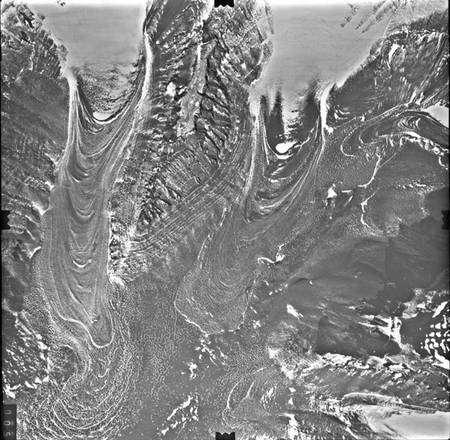 Un glacier recouvert de débris rocheux en Antarctique faisant penser aux structures martiennes d'Hellas. Crédit : USGS