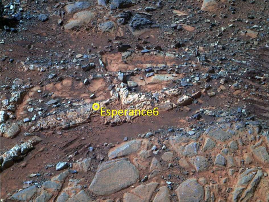 La caméra panoramique (Pancam) du rover Opportunity de la mission MER (Mars Exploration Rover) montre la zone baptisée Esperance et le rocher Esperance6. Très ancien, ce matériau sédimentaire s'est formé sous une eau qui n'était pas acide, affirment John Callas (de l'équipe JPL d'Opportunity), Steve Squyres (université de Cornell) et Ray Arvidson (université de Wahnigton à Saint-Louis). © Cornell University, Arizona State University, Nasa, JPL-Caltech