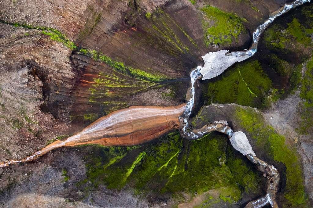 Islande : vue aérienne d'une cascade