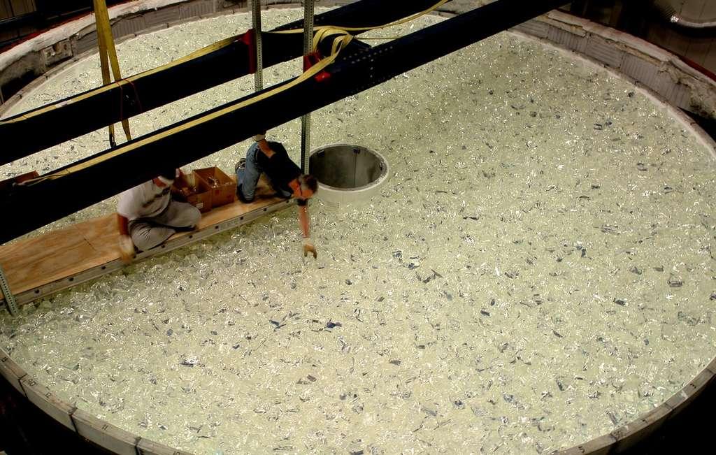 Janvier 2008 : dans le moule, 30 tonnes de verre sont placées à la main. © R. Bertram/Steward Observatory