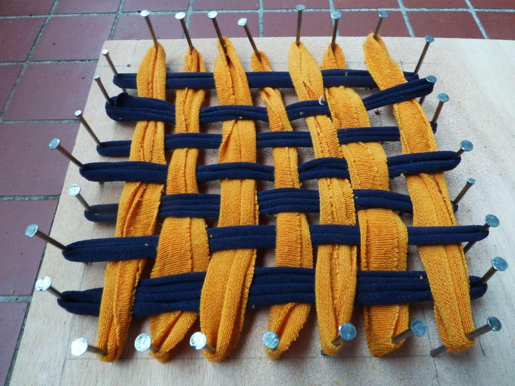 Vous pouvez fabriquer votre propre métier à tisser à partir d'un récipient carré et de pinces à linge © Pixabay