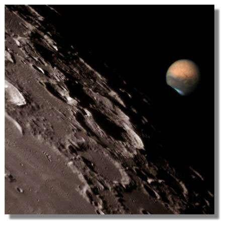 Extraordinaire cliché de la conjonction de Mars et de la Lune de juillet 2003, donnant une idée de l'éloignement respectif des deux astres. Crédits : Dantowitz