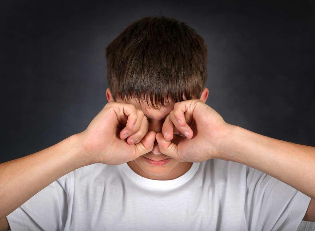 En cas de conjonctivite, ne vous frottez pas les yeux sous peine de propager la maladie ou de contaminer une autre personne. © Sabphoto, Fotolia