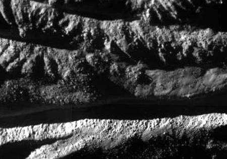 Traces d'éjectas dans Cairo Sulcus (agrandissement de la partie inférieure de l'image précédente). Crédit : NASA/JPL/Space Science Institute.