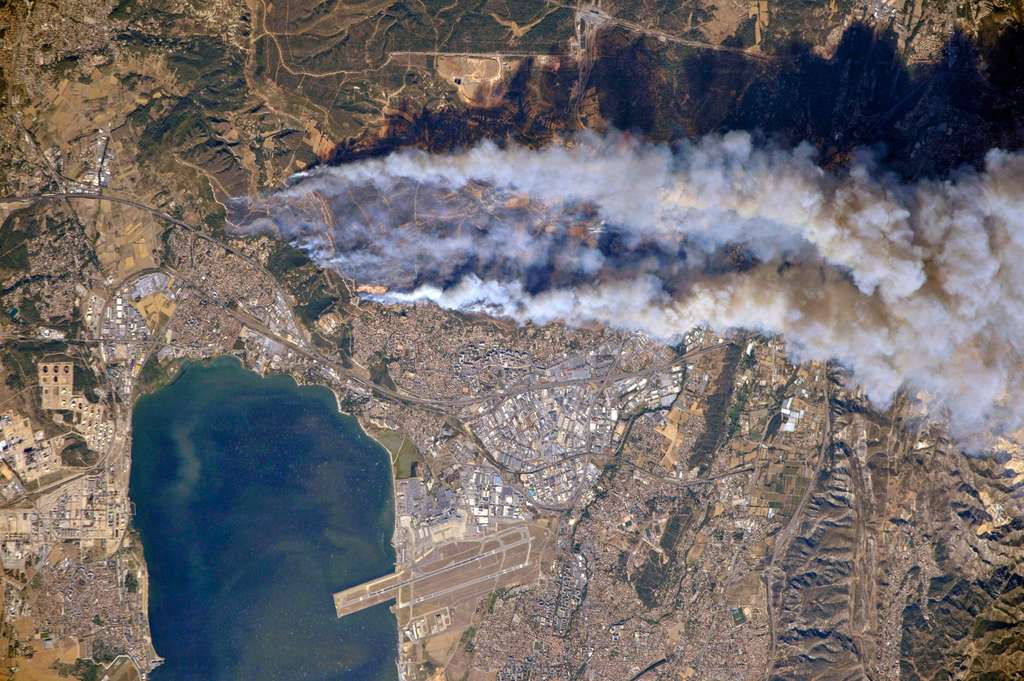 L'incendie de Marseille photographié par le cosmonaute Oleg Skripochka depuis la Station spatiale. Clichés acquis le 10 août 2016 à 15 h 45 TU. © Roscomos