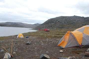 La chaîne montagneuse d'Isua, dans le sud-ouest du Groenland, photographiée en août 2010 lors d'une mission franco-danoise d'échantillonnage. Cette zone renfermerait les plus vieilles roches de la planète. © Hanika Rizo