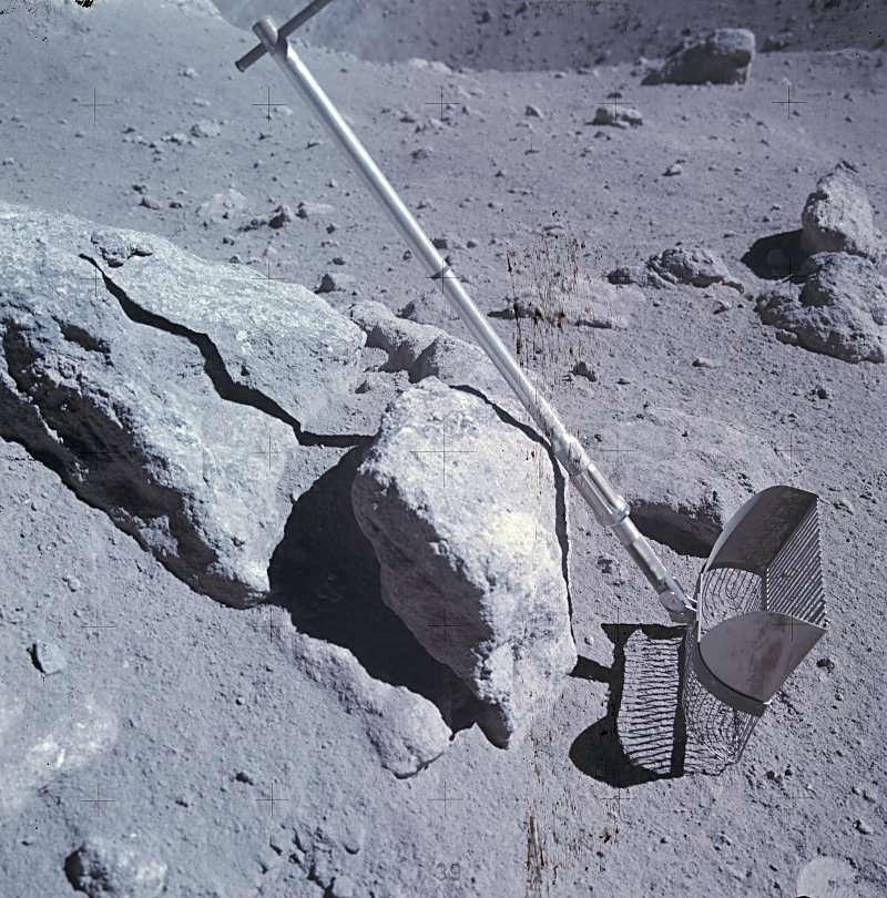 Le râteau posé sur une pierre (Apollo 16-EVA3-Station 11). © Images Nasa/JSC, retraitements O. de Goursac - Tous droits réservés