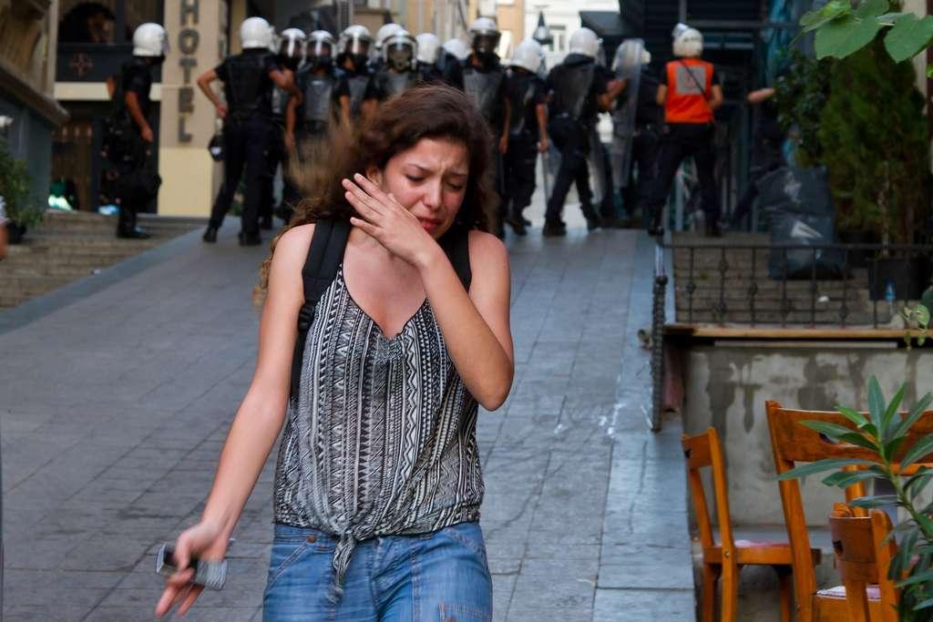 Les yeux qui pleurent : un des premiers symptômes de ces gaz. © EvrenKalinbacak, Shutterstock.com