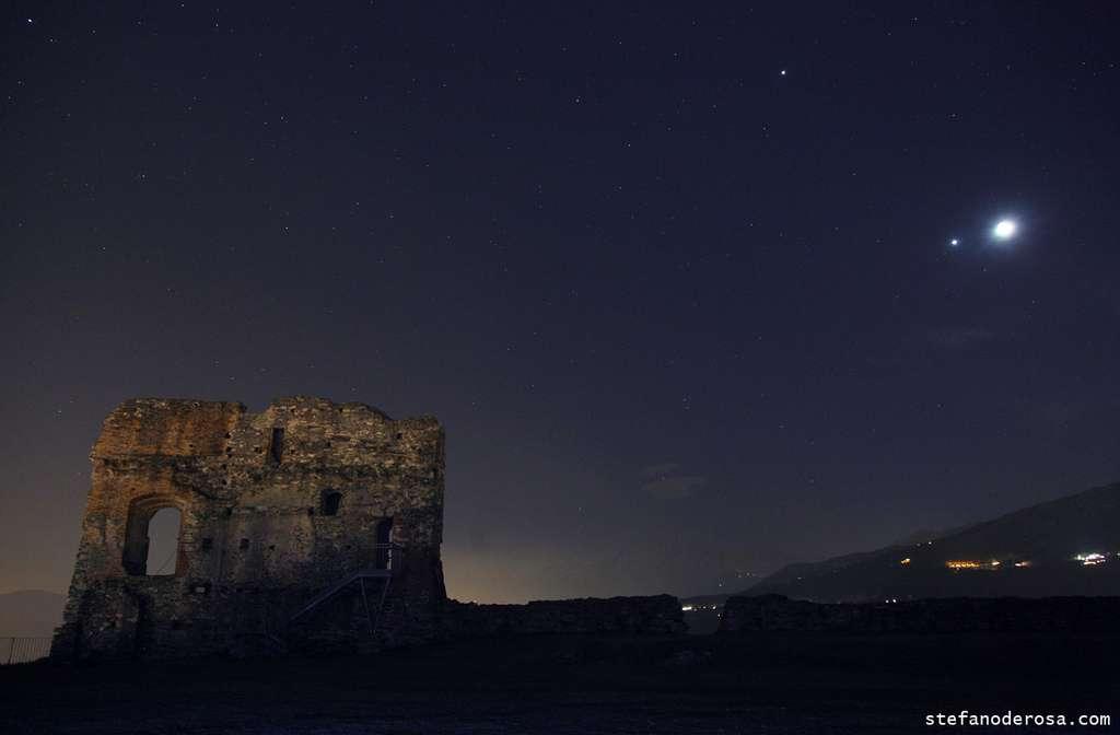 Jupiter et Vénus (accompagnée de la Lune) le 25 février 2012. Au premier plan le château en ruines d'Avigliana à proximité de Turin. © Stefano De Rosa