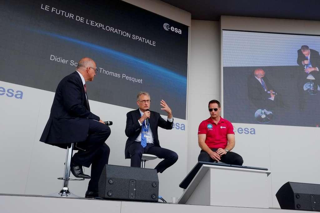 Didier Schmitt, au centre de l'image, s'exprimant lors du Salon de Bourget de 2019. À sa gauche, Thomas Pesquet et, à sa droite, Philippe Willekens, le chef de la communication à l'ESA. © ESA, P. Sebirot