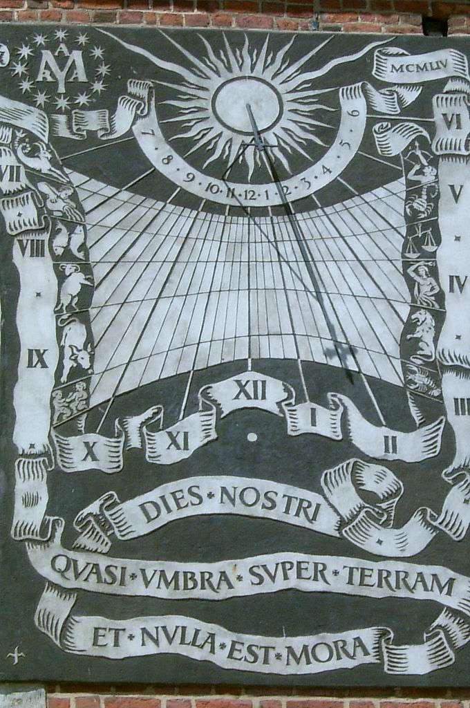 Le calendrier solaire et le calendrier lunaire ont dû s'uniformiser, en prenant en compte les cycles astronomiques. À l'image : un cadran solaire à Cracovie (Pologne). Il est dessiné en noir sur fond blanc, les heures matinales (VII à IX, à gauche), du soir (III à VI, à droite), et devant le bandeau les heures proches de midi (X à XII et I et II). Les signes du zodiaque (six à gauche et six à droite) sont en blanc sur fond noir, dont les limites touchent au tracé des sept arcs diurnes. © Rj1979, Wikipédia, DP