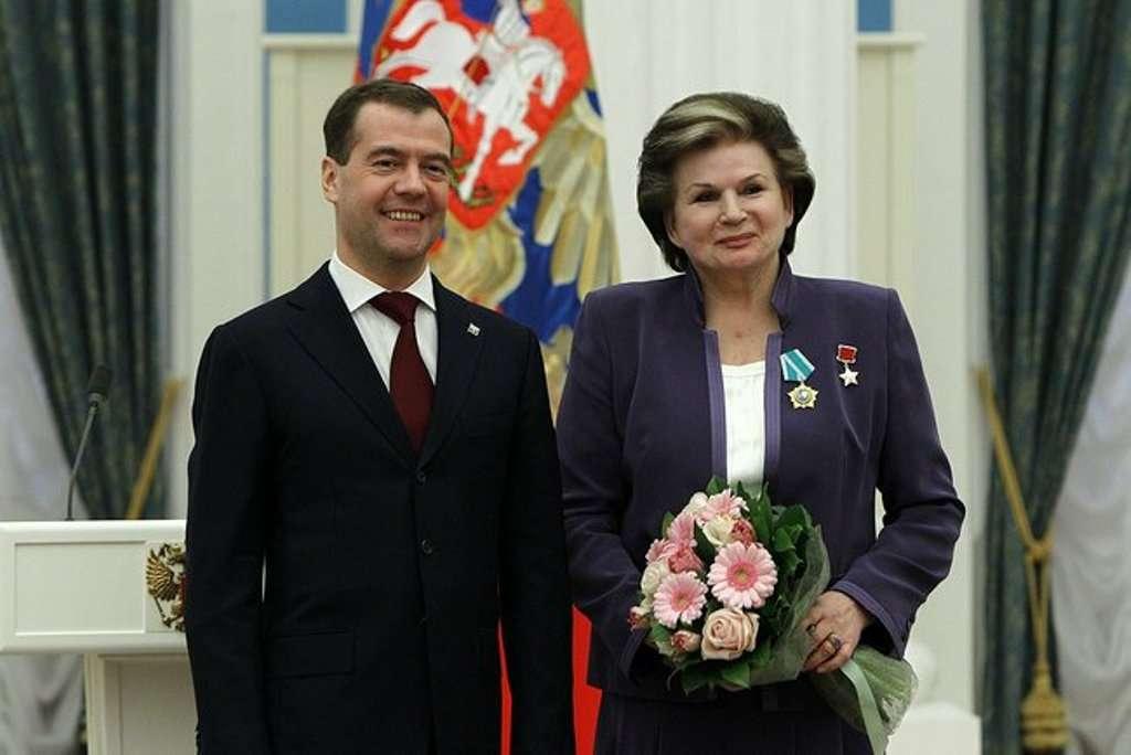 Terechkova recevant l'Ordre de l'amitié par le président russe Dmitri Medvedev le 12 Avril 2011 au Kremlin de Moscou. © www.kremlin.ru.