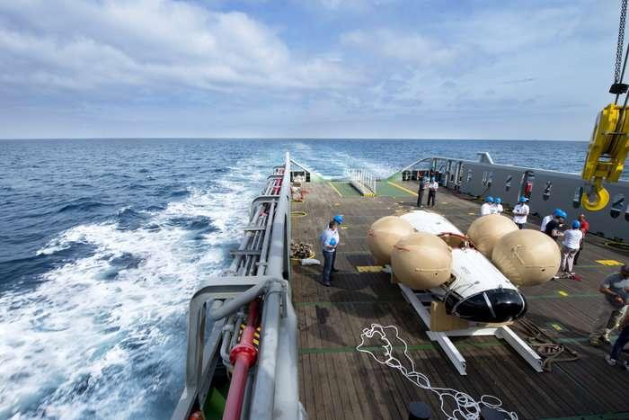 Les derniers essais de récupération de l'IXV, équipé de ses ballons gonflés, effectués fin juin 2014 à bord du navire italien Nos Aries. © Esa