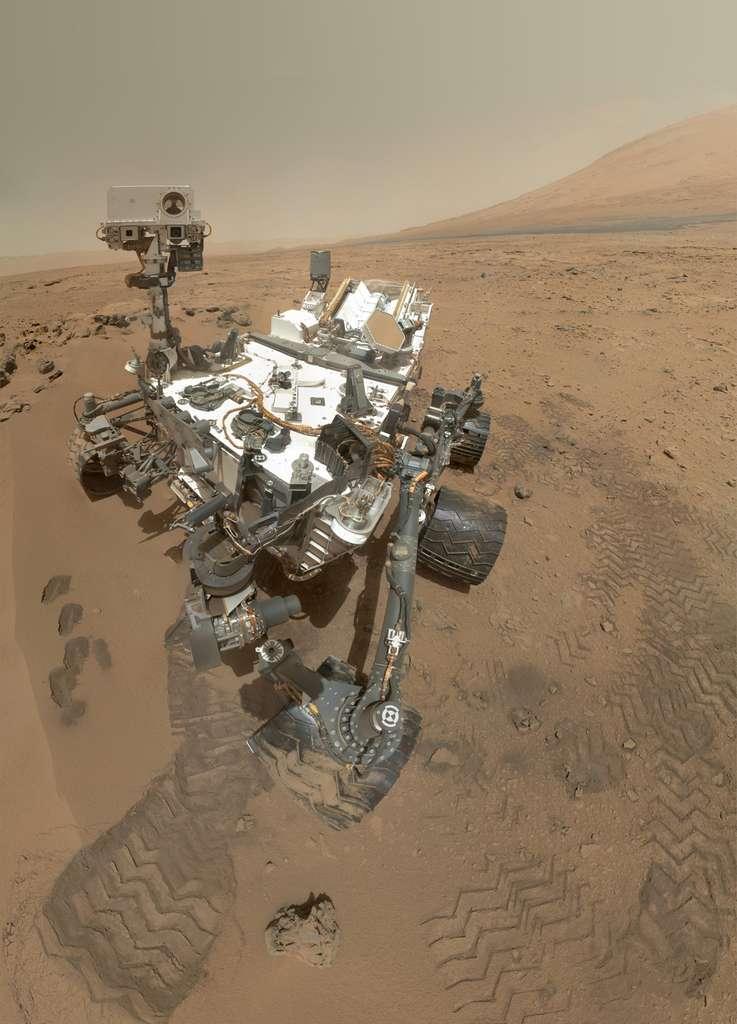Autoportrait de Curiosity avec le mont Sharp en arrière-plan. À la date à laquelle a été prise cette photo, la montagne se situait à quelque cinq kilomètres du rover (octobre 2012). © Nasa, JPL