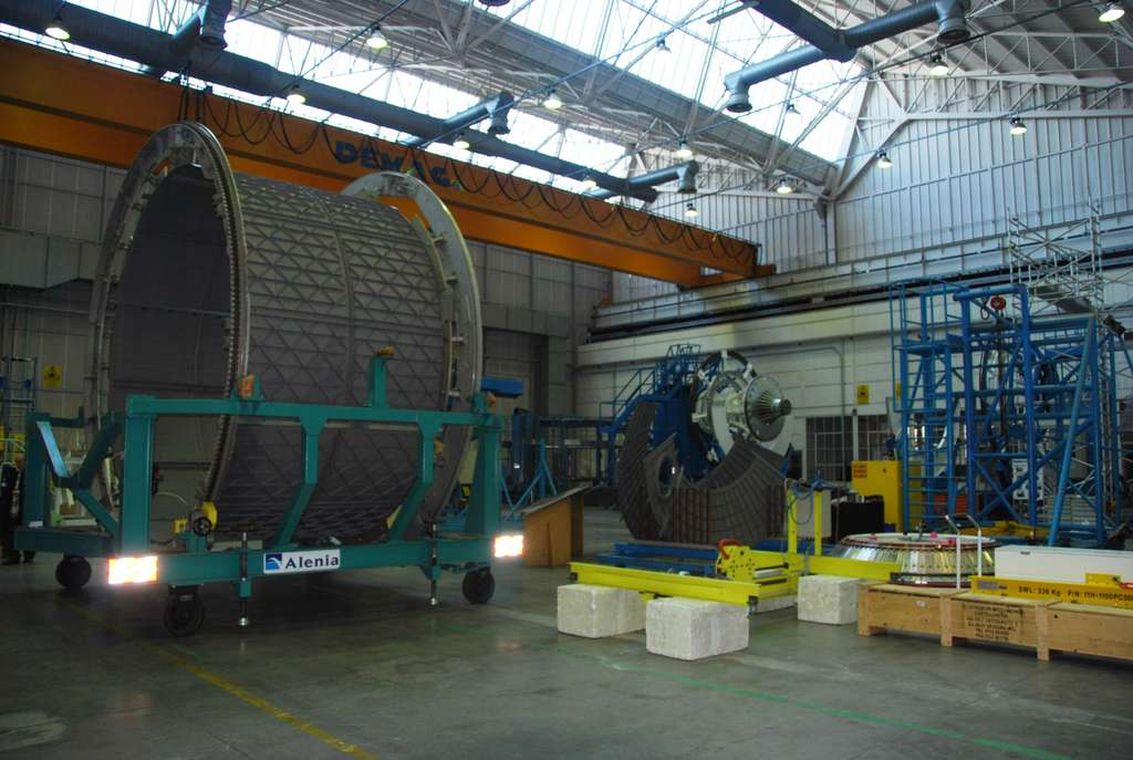 Le deuxième ATV n'est pas encore lancé, il le sera courant février 2011. Thales Alenia Space a déjà débuté la construction des quatrième et cinquième exemplaires, ici à l'image. Au fond et à droite, on peut voir la machine utilisée pour construire leur structure en forme de cylindre. © Remy Decourt