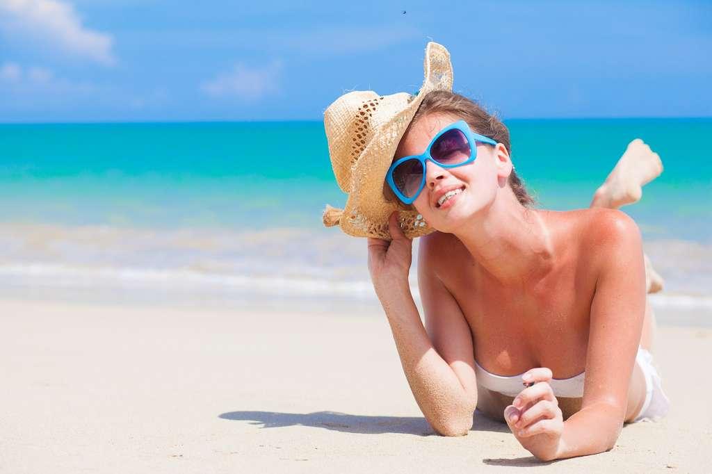 Il est recommandé d'éviter de s'exposer au soleil entre 12 h et 16 h. © Elena Rudakova, Shutterstock