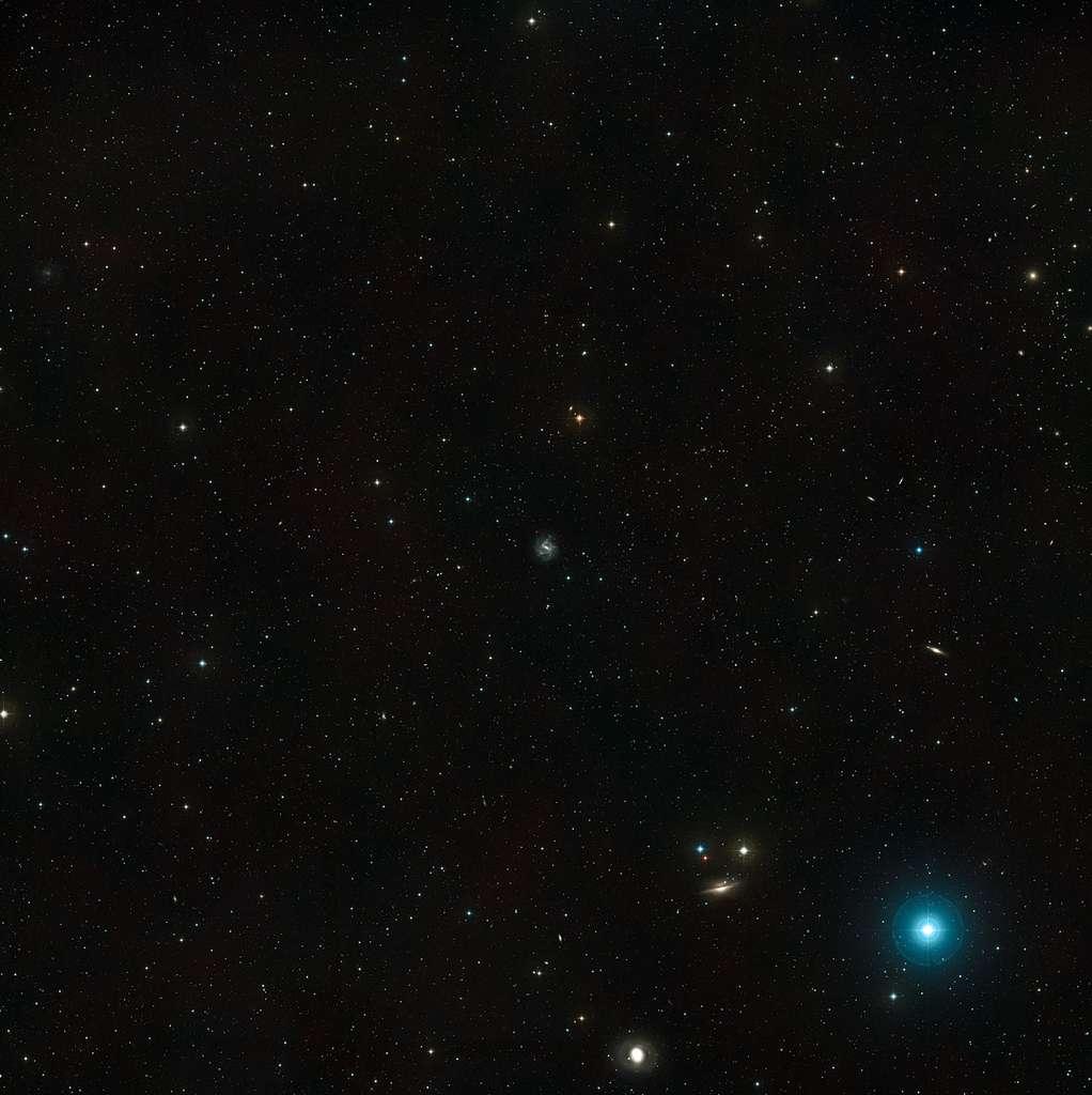 La galaxie spirale barrée NGC 1073 trône au milieu de cette image qui ne montre qu'une toute petite partie de la constellation de la Baleine. © Nasa/Esa/Digitized Sky Survey 2